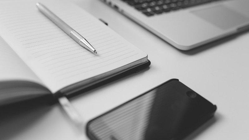 Pc, Notizbuch und Telefon sind die besten Möglichkeiten um Versicherungen zu vergleichen.