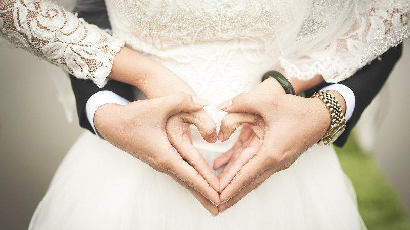 Brautpaar, hand in hand