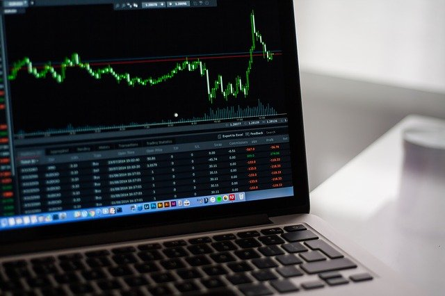 Laptop mit Aktien-Chart