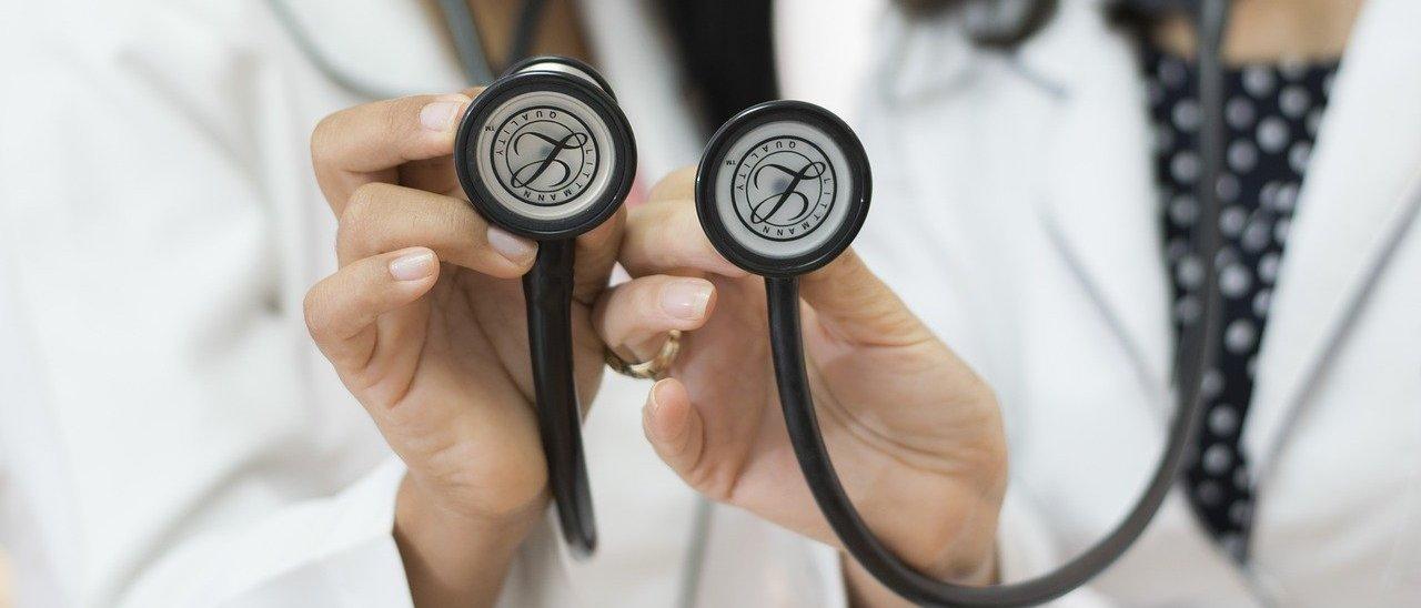 zwei Ärztinnen mit Stethoskop